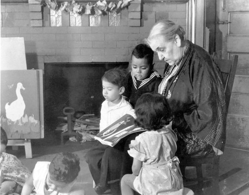 Jane Addams reads to children